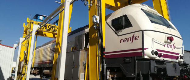 Locomotive loading and lifting tests with two new gantry cranes for Stadler Valencia