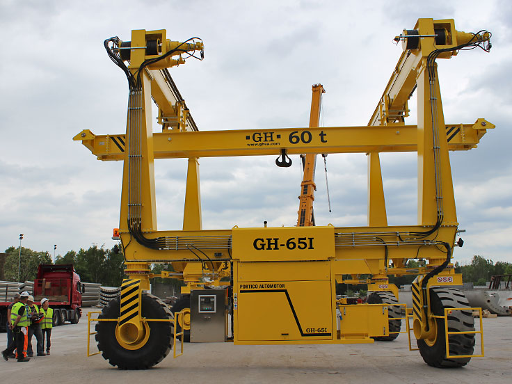 Automotive gantry crane on tires