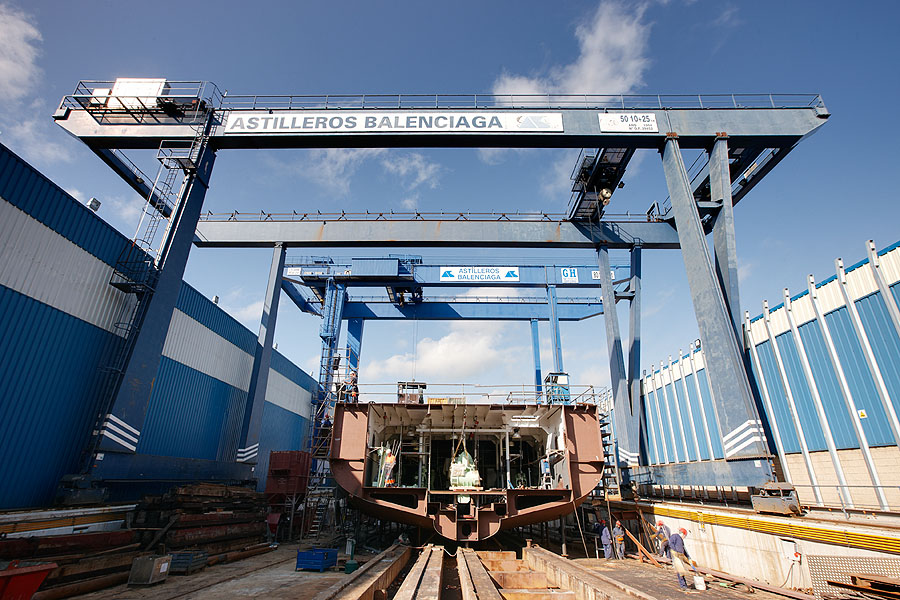 <br>Gantry crane with hoists of 50 + 10 + 25t lifting capacity for Balenciaga Shipyard