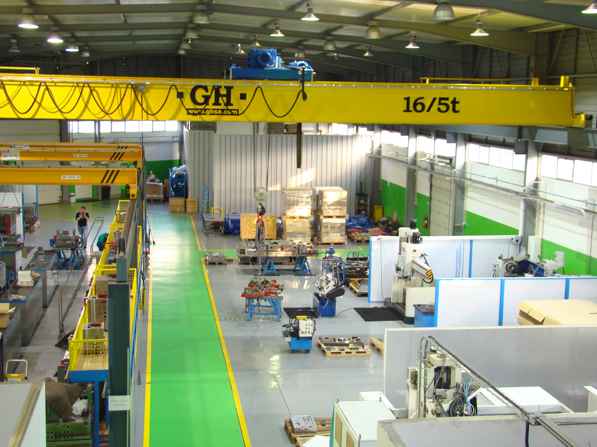 <br>Bridge Crane with two hoists, the main hoist with a lifting capacity of 16t and the other with 5t for JR Moldes Lda