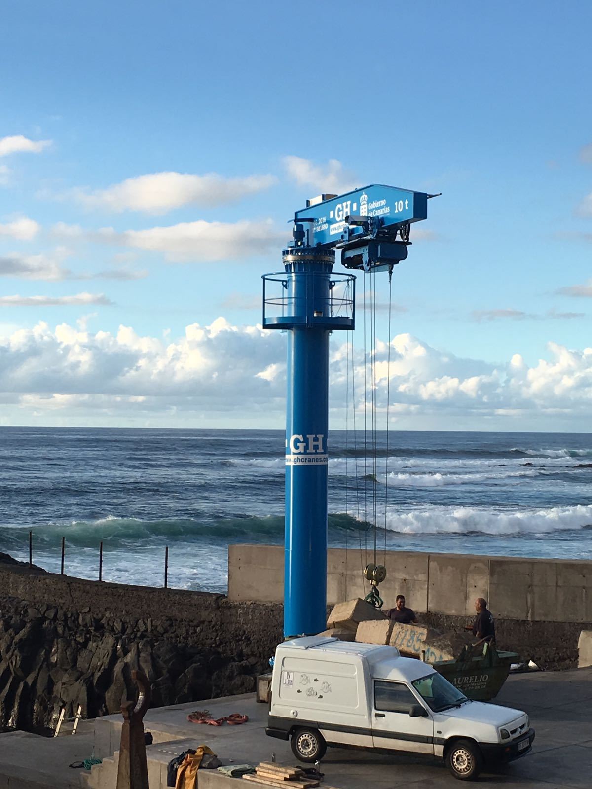 <br>The General Directorate of Ports has fitted the jib crane with a lifting capacity of 10t and with a boom of 5.5 metres, a column of 7 m and a travel of 11 m in the fishing dock of El Roquete, in the province of La Punta del Hidalgo, in response to one of the most urgent requirements of the fishermen, who from now on, if all the tests go well, will be able to use the apparatus to carry their boats to the sea or onto the esplanade.