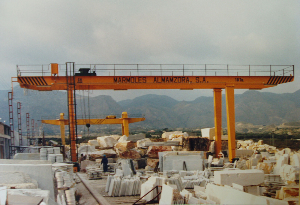 Gantry crane with cantilevers with 10t lifting capacity hoist for Mármoles Alzamora customer.