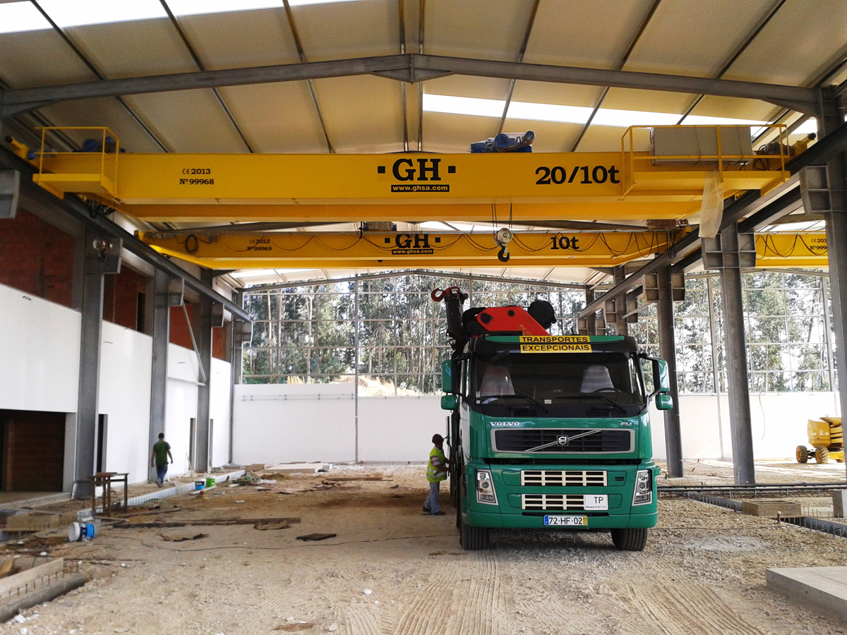 <br>Several overhead cranes installed with different lifting capacities hoists for J.R. Ribeiro Moldes Lda in Oliveira de Azemeis
