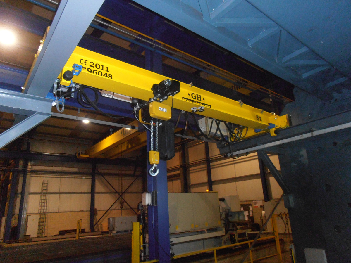 <br>Single girder overhead crane with girder beam displaced and a 5t lifting capacity chain hoist for EBAKILAN