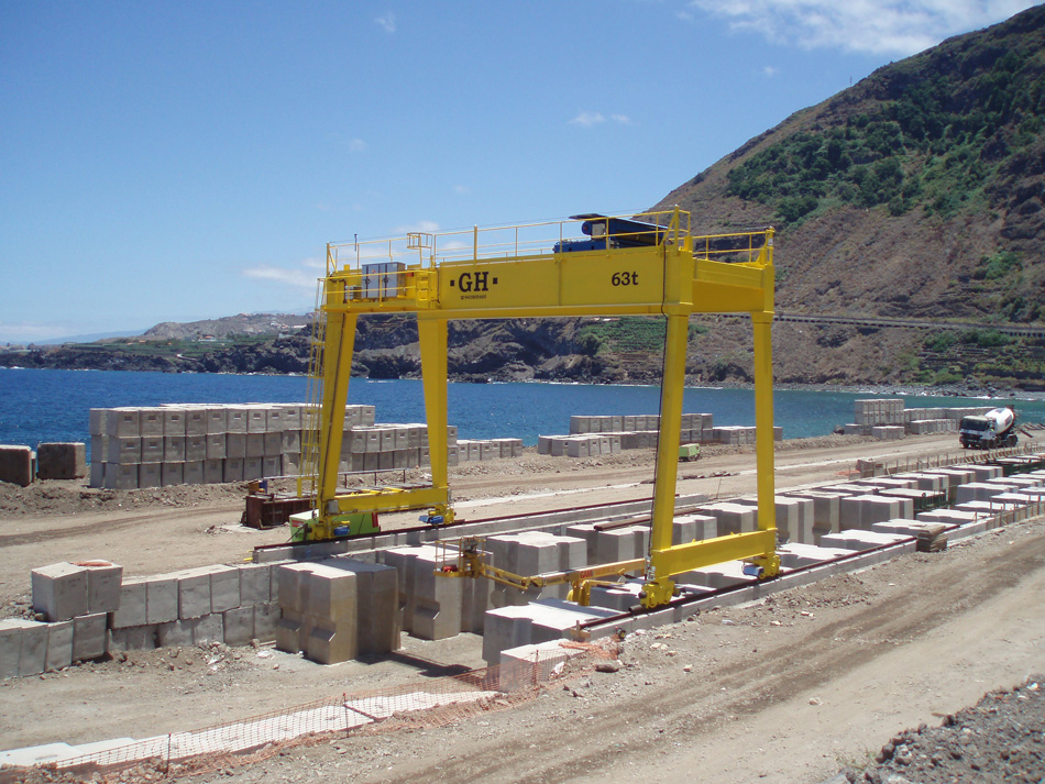 Portal crane for stone manipulating processes with 63t hoist.