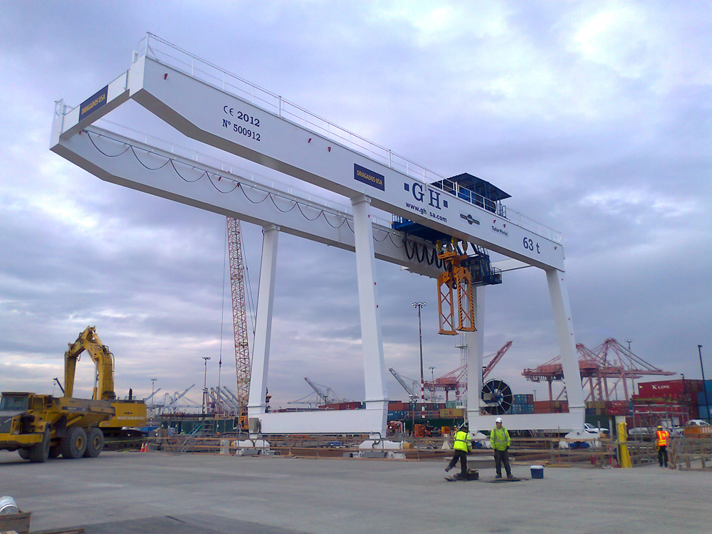 Gantry crane with cantilever and a lifting capacity of 63t for installation for customer Dragados USA.