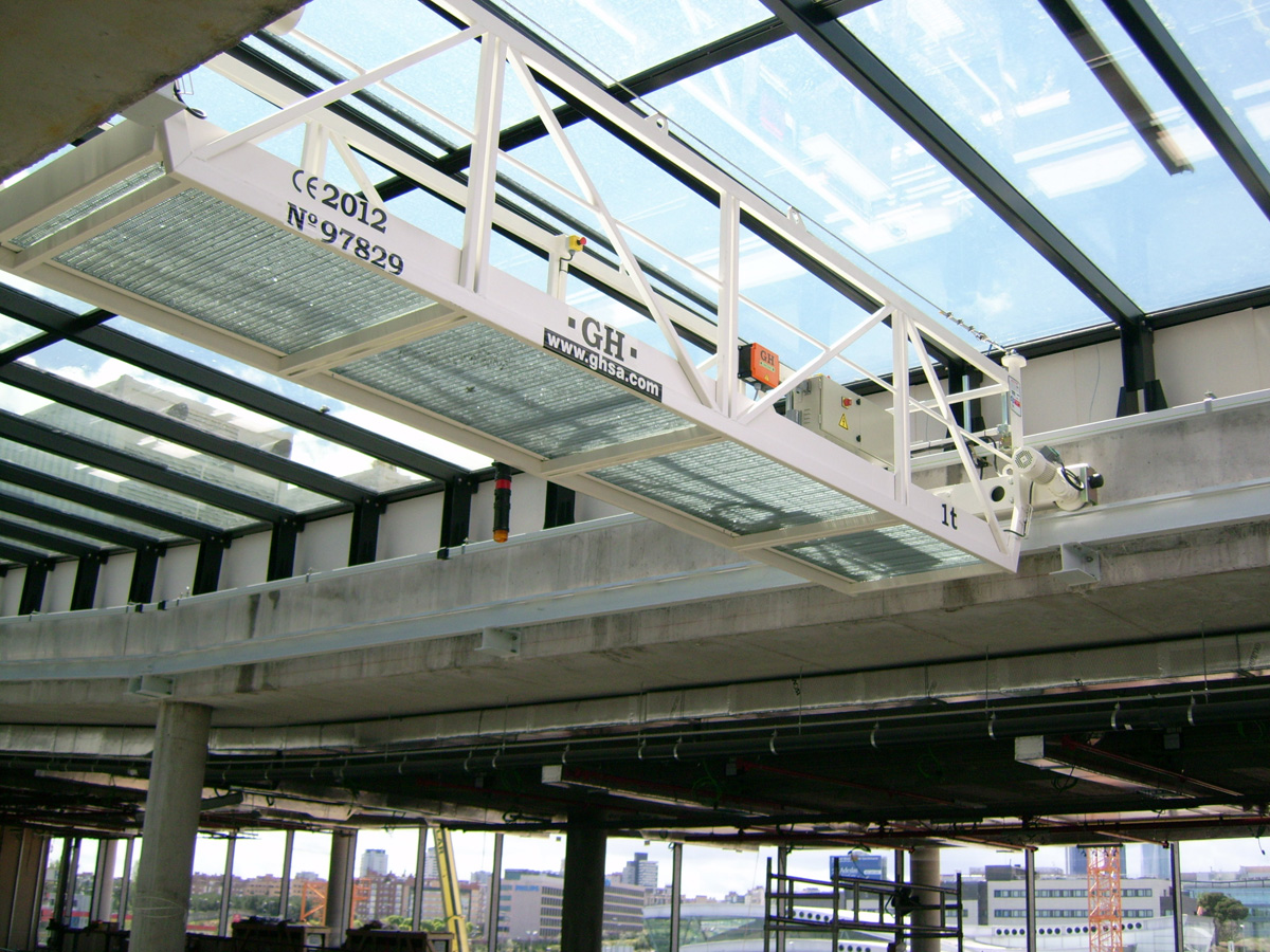 <br>Overhead crane with a 1t lifting capacity hoist for cleaning the windows