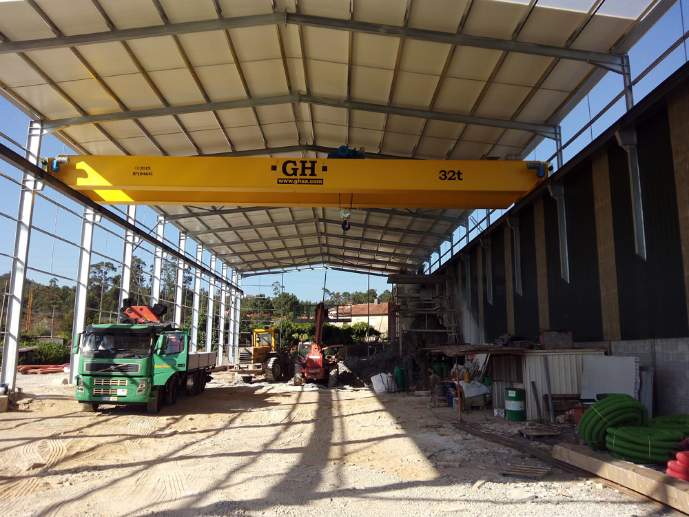 <br>Double girder EOT crane with a 32t lifting capacity hoist, 18.88 metres of crane span and 7.7 metres of lifting height in Gandra (Paredes, Portugal) for the client MARMILAGES - Ind. Com. Mármores e Granitos, Lda.More information: www.marmilages.pt