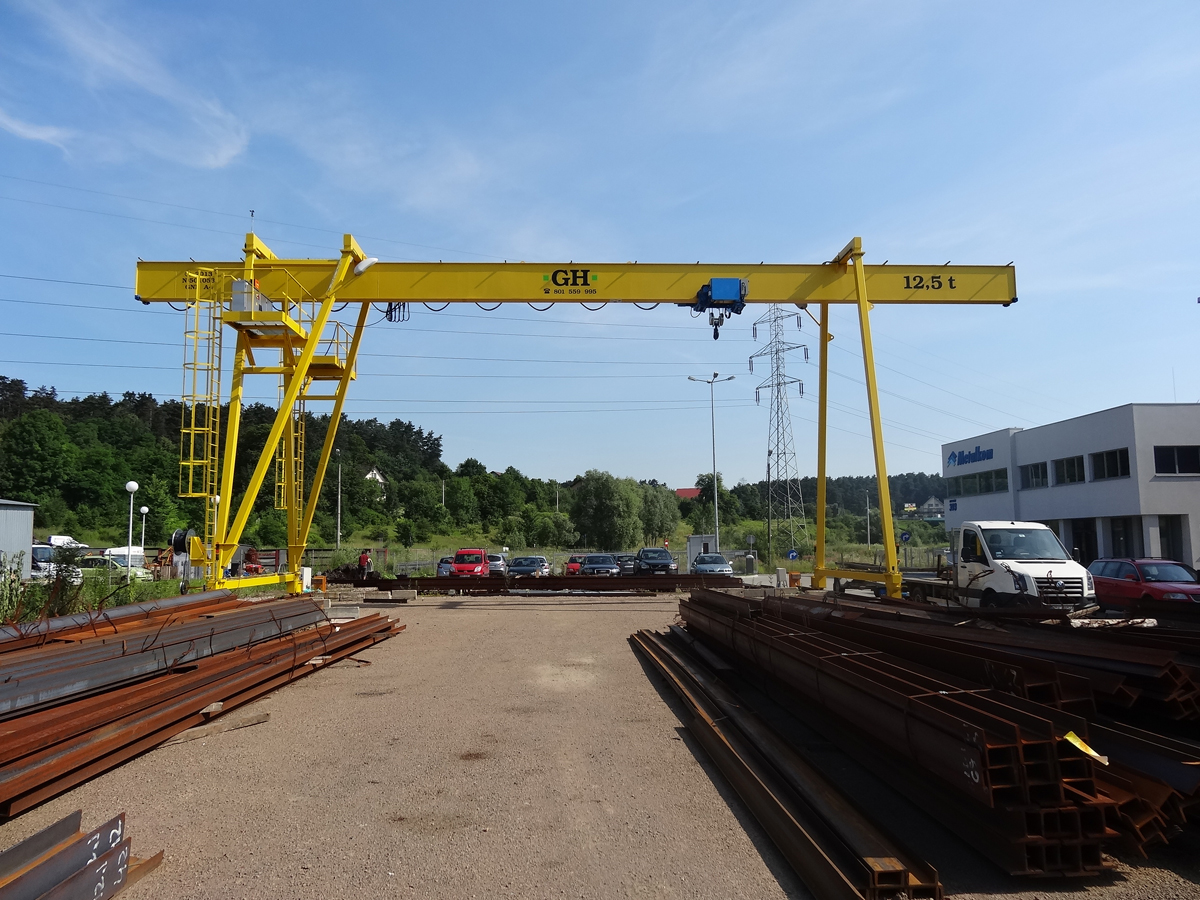 <br>Portal crane with a 12.5t lifting capacity hoist at Metalkom in Poland