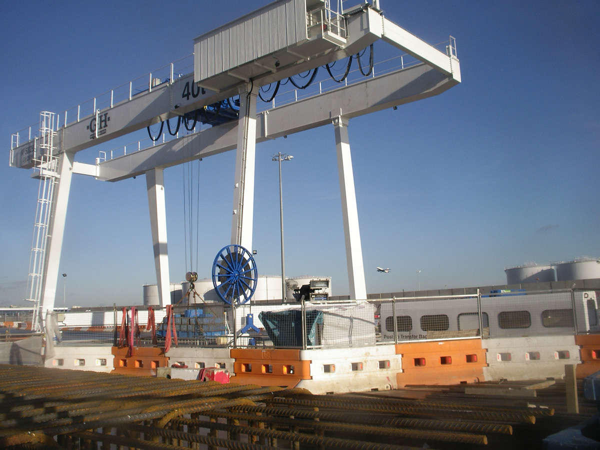 Gantry crane with cantilevers with 40t lifting capacity hoist for the Metro of London