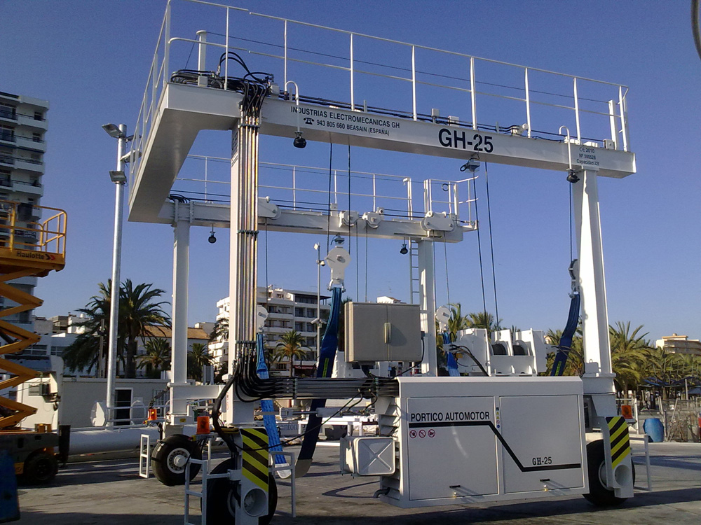 <br>GH CRANES &amp; COMPONENTS model GH-25 marine automotive gantry crane with a lifting capacity of 22t in the port of San Antonio, Ibiza.