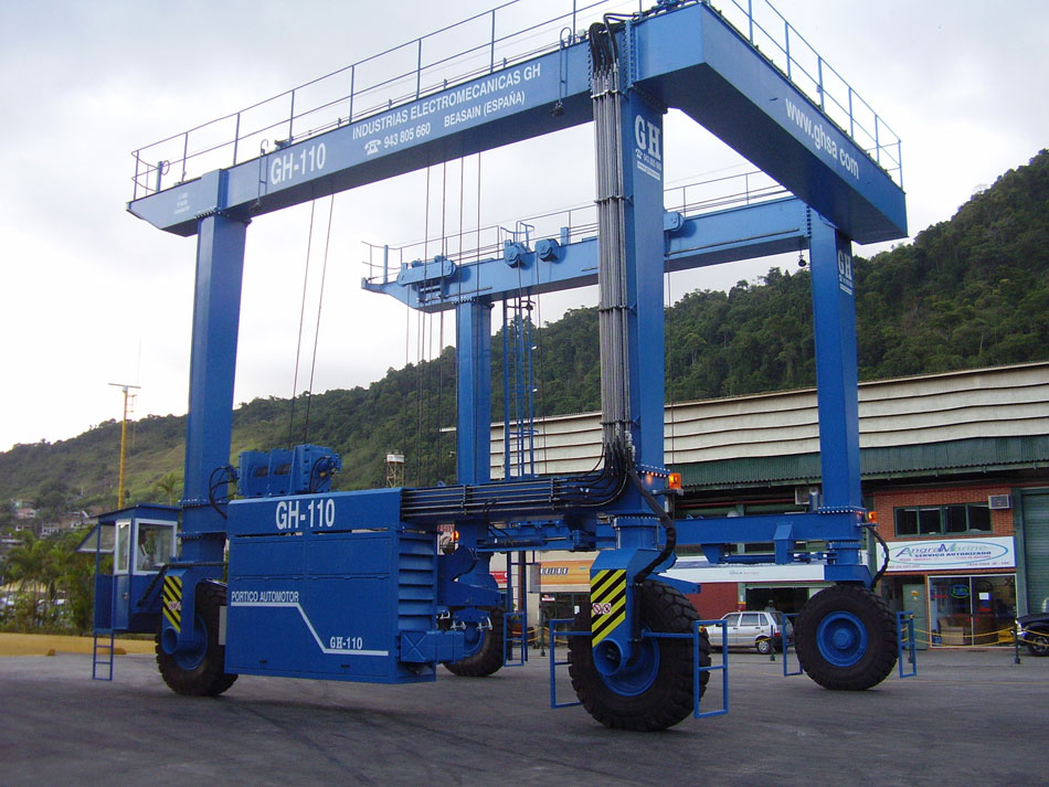 <br>Maritime self-propelled gantry for Marina Verolme with 110t capacity.