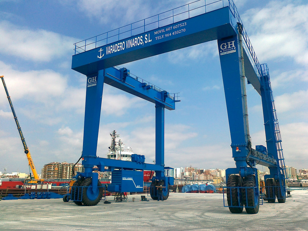 Model GH275 marine automotive gantry crane with a capacity of 250t for Varadero Vinaros SL.